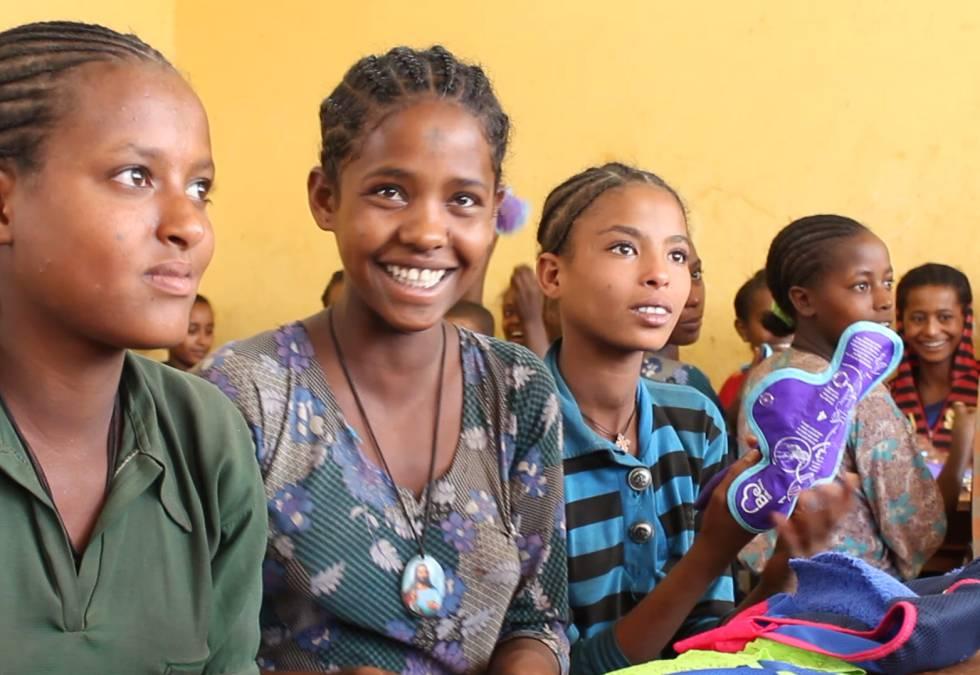 Des jeunes reçoivent des produits Be Girl au Mozambique.