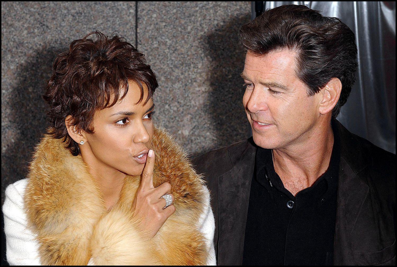Les acteurs Pierce Brosnan et Halle Berry lors de la célébration du 40e anniversaire de James Bond à New York en 2002.