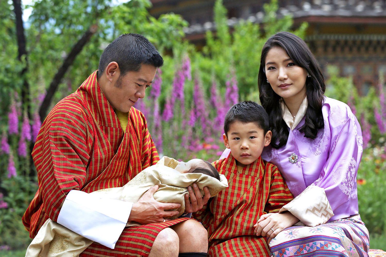La famille royale du Bhoutan, sur la première photo avec leur deuxième enfant, né le 19 mars 2020.
